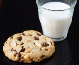 Chocolate-Chip-Cookie-with-milk